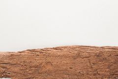 Träbräde på bakgrund för vitbetongtextur Arkivbild