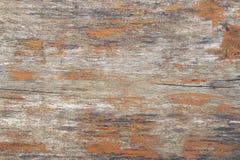 Träbräde som målas i brun färg med sprucket och skalande PA Arkivfoton