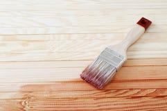 Träbräde som målas med fernissa Royaltyfria Bilder