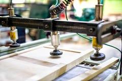 Träbrädeenhet på den wood fabriken Arkivbild