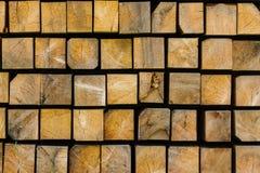 Träbräden, bråte, industriellt trä, timmer Den byggande stången från ett träd och en list stiger ombord i buntar Royaltyfri Bild