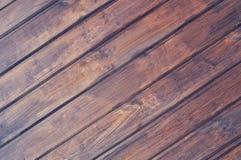 träbräden lade på det diagonala mörka rosa trät royaltyfria bilder