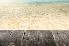 Träbräden med sand på stranden är oskarpa bakgrunder arkivfoton