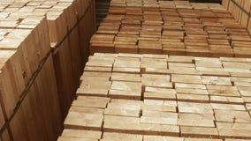 Träbräden som staplas på hyllor i klart till salu för bråtegård Wood r?varor lager videofilmer