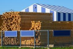 Träbräden som staplas på timmergården Arkivbilder