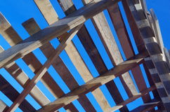 Träbråckband mot den blåa himlen Arkivbilder