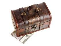 Träbröstkorg med pengar Arkivfoto