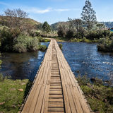 Träbro över den Contas floden - gräns av tillståndsSCEN RS Royaltyfri Foto