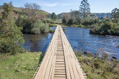Träbro över den Contas floden - gräns av tillståndsSCEN RS Arkivbilder