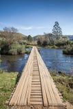 Träbro över den Contas floden - gräns av tillståndsSCEN RS Arkivbild