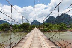 Träbro över den Nam Song floden, Vang Vieng royaltyfria bilder