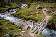 Träbro över den rinnande floden i bygden Royaltyfri Fotografi