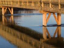 Träbro över floden arkivbild
