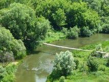 Träbro över floden i Kamenetz-Podolsk royaltyfria foton