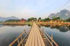 Träbro över Nam Song River i Vang Vieng, Laos royaltyfria bilder