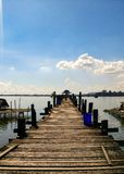 Träbro av Inle sjön fotografering för bildbyråer
