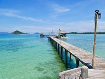 Träbro i ön Koh-Mak Arkivbild