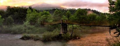 Träbro i berget Arkivbild