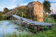 Träbro i bygd nära det förstörda benet fotografering för bildbyråer