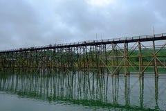 Träbro i den Songkaria floden Kanchanaburi, Thailand Royaltyfria Foton