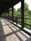 Träbro i den Tofuku-ji templet, Japan fotografering för bildbyråer