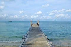 Träbro i havet Royaltyfri Fotografi