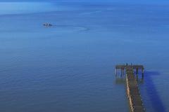 Träbro i havet Fotografering för Bildbyråer