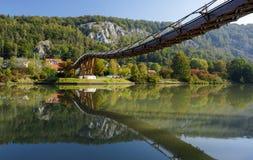Träbro i hltal Essing - Altmà ¼, Bayern royaltyfria foton