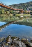 Träbro i hltal Essing - Altmà ¼, Bayern arkivfoton