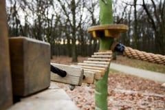 Träbro i lekplatsen i skogen royaltyfri fotografi