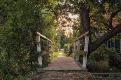 Träbro i lilla byn Haaldersbroek nära Zaandam, Nederländerna Arkivfoto