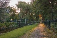 Träbro i lilla byn Haaldersbroek nära Zaandam, Nederländerna Royaltyfri Bild