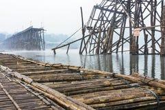 Träbro i Misty Morning Royaltyfri Fotografi