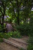 Träbro i parkera Arkivbild