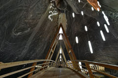 Träbro i Turda den salta minen Arkivfoton