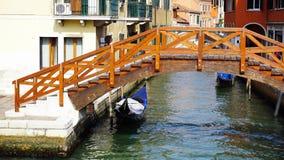 Träbro-, kanal- och gondolfartyg i gammal stad royaltyfria bilder