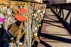 Träbro med lås Arkivbild