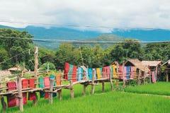 Träbro och färgrik torkduk Arkivbild