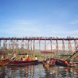 Träbro och fartyg i flodstrandhamn fotografering för bildbyråer