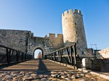 Träbro och port på ingången av den Kalemegdan fästningen på en solig höstdag i Belgrade Arkivfoton