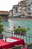 Träbro och restaurangtabell switzerland Royaltyfri Fotografi