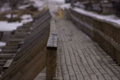 Träbro på den Vuoksa floden royaltyfria foton