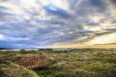 Träbro på en isländsk hed royaltyfri fotografi