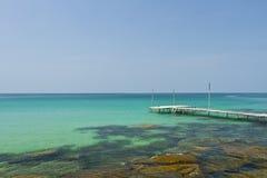 Träbro på kusten av den Kood ön Royaltyfri Fotografi