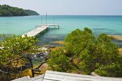 Träbro på kusten av den Kood ön Fotografering för Bildbyråer