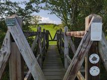Träbro på Nene Way Footpath Arkivbilder