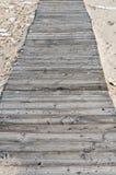 Träbro på sanden Arkivbilder
