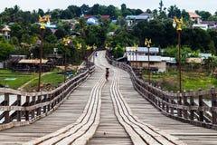 Träbro på Sangkhlaburi, Thailand Royaltyfria Foton