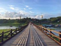 Träbro på Sankhlaburi Thailand Royaltyfri Foto