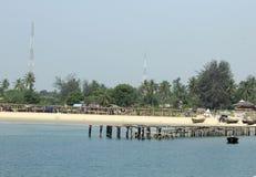Träbro på semesterorten för takwafjärdstrand Eti Osa LCDA, Lagos Nigeria royaltyfri fotografi